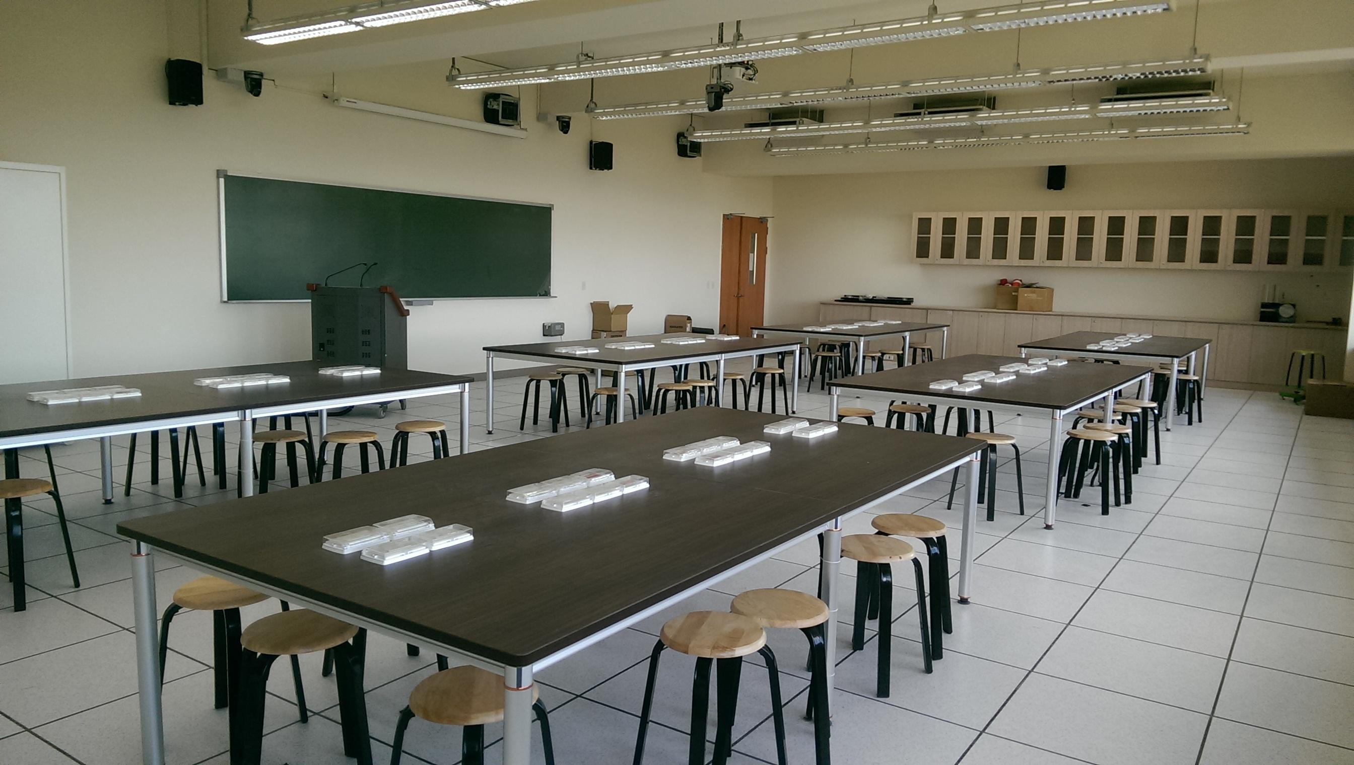 教室类别   物理教学实验室 .桌椅数  120 .管理员     无 .